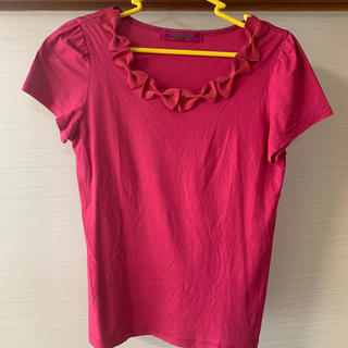 ドーリーガールバイアナスイ(DOLLY GIRL BY ANNA SUI)のショッキングピンクTシャツ 襟元リボン付き(Tシャツ(半袖/袖なし))