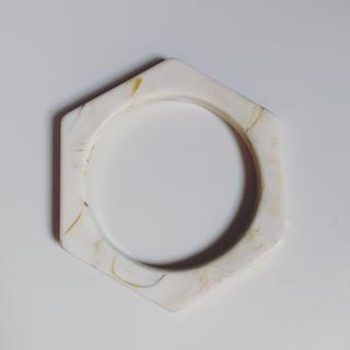 スナイデル(snidel)の新品未使用 アクリル  バングル ホワイトベージュ(ブレスレット/バングル)
