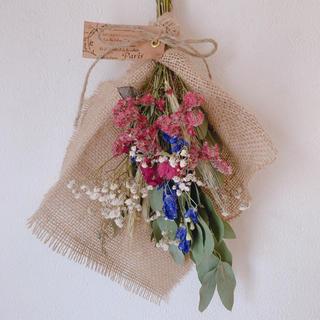 ドライフラワー  ユーカリにピンクの花材とブルーの可愛いスワッグ(ドライフラワー)