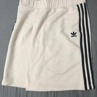 アディダス(adidas)のスカート(ひざ丈スカート)