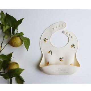 プティマイン(petit main)のレモン柄 シリコンビブ(お食事エプロン)
