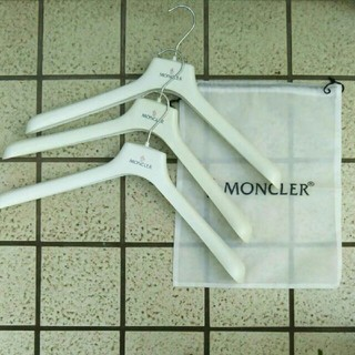 モンクレール(MONCLER)の【新品非売品】MONCLER(モンクレール) オリジナルハンガー×3 & 袋(ダウンジャケット)