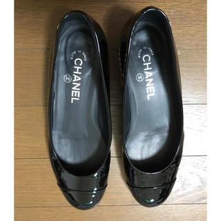 シャネル(CHANEL)の【美品】シャネル ローファー エナメル パール サイズ37.5(ローファー/革靴)