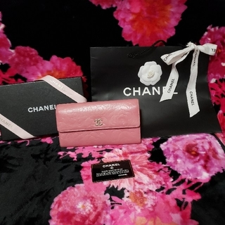 シャネル(CHANEL)の💖CHANELカメリアラムスキン長財布コーラル💖(長財布)