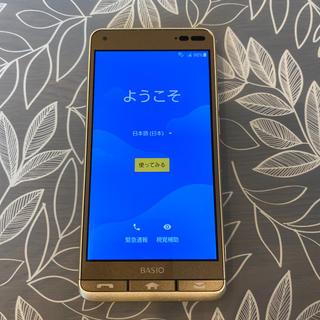 キョウセラ(京セラ)の【美品】BASIO3 ベイシオ [KYV43SNA] ゴールド(スマートフォン本体)