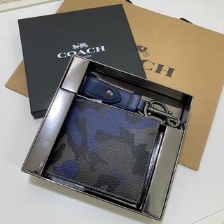 コーチ(COACH)のCOACH 二つ折り財布 カモフラージュ 迷彩 ブルー キーホルダー メンズ (折り財布)