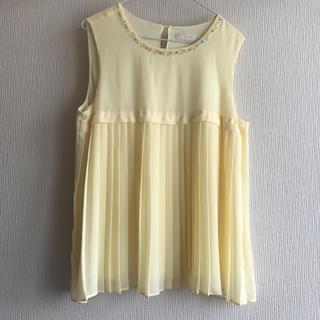 エニィスィス(anySiS)のプリーツシャツ イエロー ビジュー(シャツ/ブラウス(半袖/袖なし))