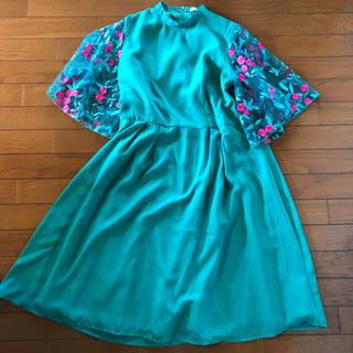 メルロー(merlot)のmelrot plus グリーン花柄刺繍ドレス(ミディアムドレス)