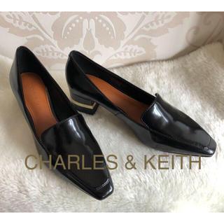 チャールズアンドキース(Charles and Keith)の新品✨♢CHARLES&KEITH♢メタリックアクセントヒールローファー22㎝(ローファー/革靴)