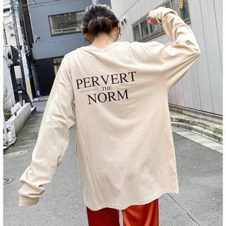 フーズフーギャラリー(WHO'S WHO gallery)のフーズフーギャラリー PERVERT NORMバックプリントロンTEE ベージュ(Tシャツ(長袖/七分))