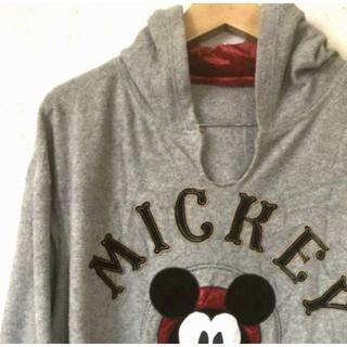 ディズニー(Disney)のウォルトディズニー 刺繍ロゴ フリースパーカー ミッキーマウス グレー。(パーカー)