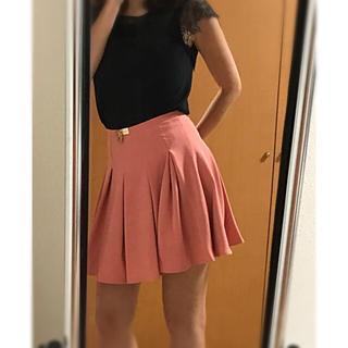ビーシービージーマックスアズリア(BCBGMAXAZRIA)のエリザベッタフランキ ひらひらスカート ゴールドチャーム(ミニスカート)