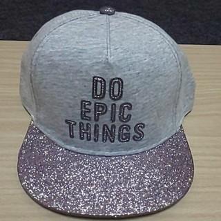 エイチアンドエム(H&M)のライラックピンクラメのキャップ帽(キャップ)