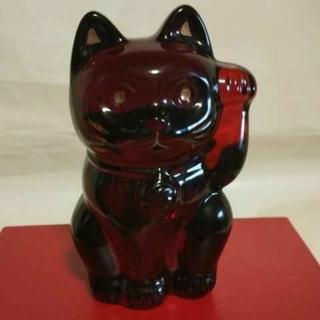 バカラ(Baccarat)のバカラの招き猫、レッドです。日本のバカラ直営店でしか販売されていない専用座布団付(置物)