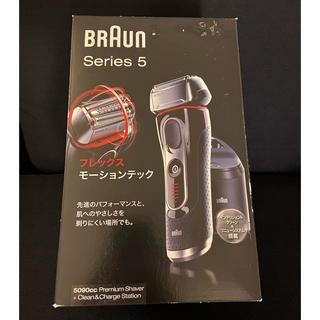 ブラウン(BRAUN)のブラウン メンズ電気シェーバー シリーズ5 5090cc-P 3枚刃 洗浄機付 (メンズシェーバー)