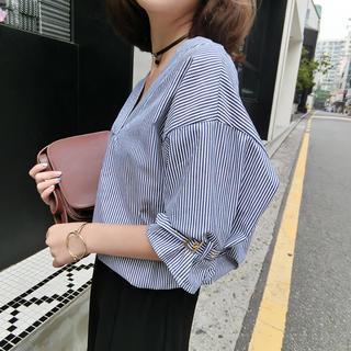Lily Brown - Vデザインストライプ七分袖シャツ(ブルー)