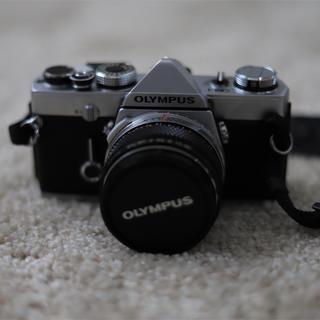オリンパス(OLYMPUS)のフィルムカメラ オリンパス olympus om-1+F1.8レンズ (フィルムカメラ)