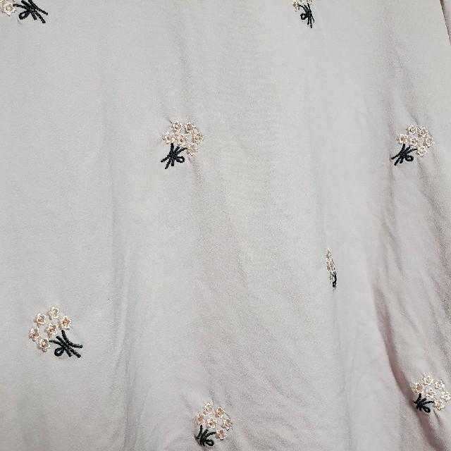 しまむら(シマムラ)の未使用!URBANITY しまむら ブーケ刺繍 ブラウス レディースのトップス(シャツ/ブラウス(半袖/袖なし))の商品写真
