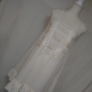 Chesty - 新品未使用タグ付チェスティ 花柄刺繍の素敵なフラワーミニワンピース サイズ0 白