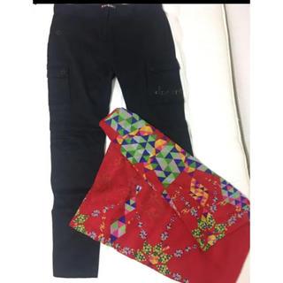 デシグアル(DESIGUAL)の黒パンツと赤スカーフセット(カジュアルパンツ)