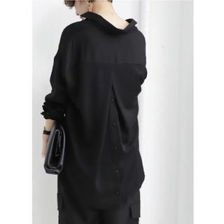 アンティカ(antiqua)のAntiqua バックボタンとろみシャツ 抜襟 ブラック 新品未使用(シャツ/ブラウス(長袖/七分))