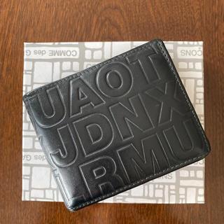 コムデギャルソン(COMME des GARCONS)のコムデギャルソン アルファベット エンボス加工 折財布(折り財布)