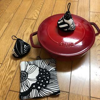 ストウブ(STAUB)の(再販)三角鍋つかみセット ストウブ北欧柄(キッチン小物)
