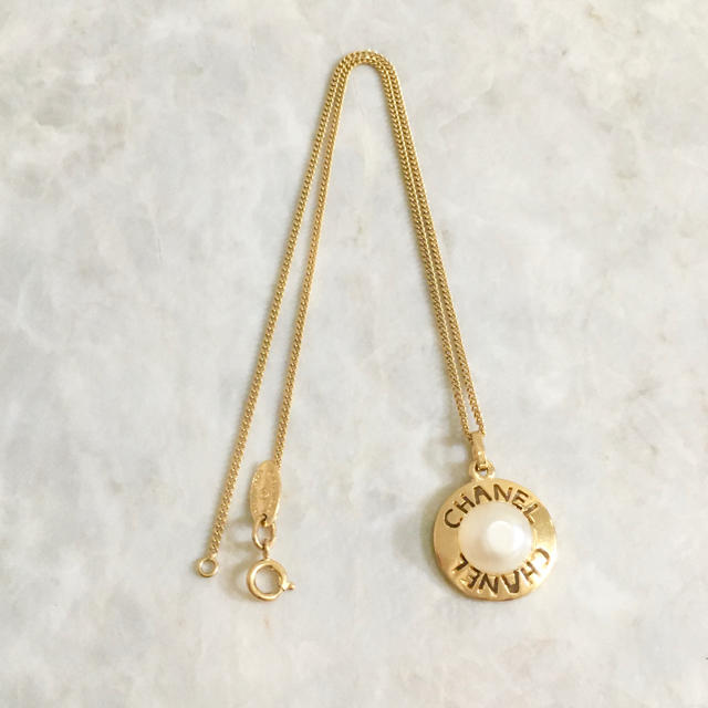 CHANEL(シャネル)の正規品 シャネル ネックレス パール ゴールド くりぬき アルファベット 真珠 レディースのアクセサリー(ネックレス)の商品写真
