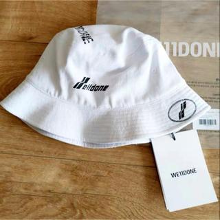ピースマイナスワン(PEACEMINUSONE)の新品 WE11DONE LOGO STAMP HAT ロゴバケットハット 白(ハット)