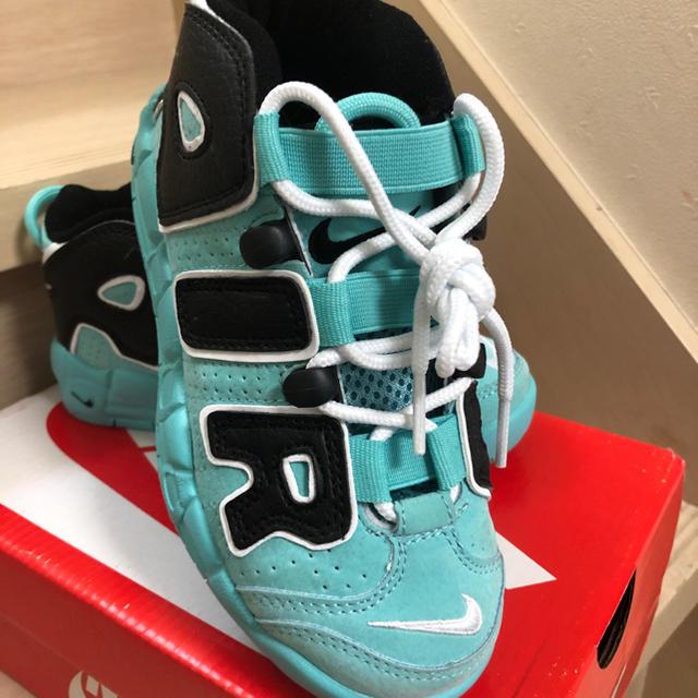 NIKE(ナイキ)のNIKE モアテン スニーカー キッズ19 キッズ/ベビー/マタニティのキッズ靴/シューズ(15cm~)(スニーカー)の商品写真