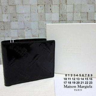 マルタンマルジェラ(Maison Martin Margiela)の新品箱入り メゾン マルジェラ 総ロゴ財布 二つ折り 光沢ブラック 黒(折り財布)