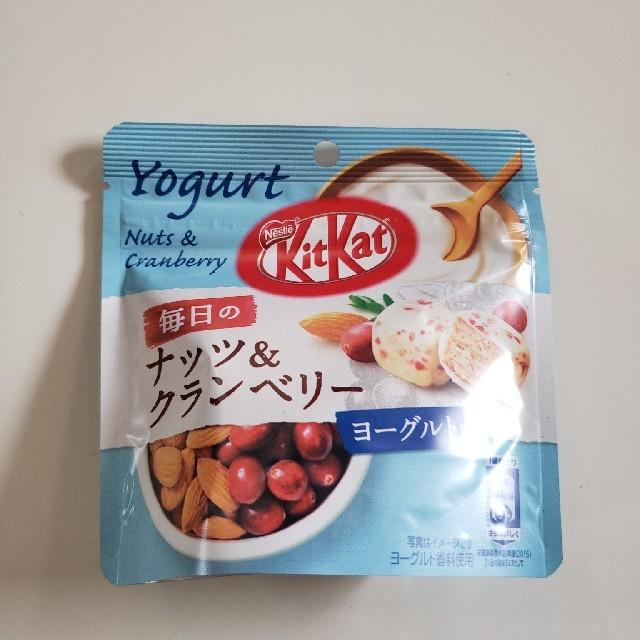 Nestle(ネスレ)のネスレ  キットカット ナッツ&クランベリー 食品/飲料/酒の食品(菓子/デザート)の商品写真