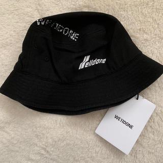 ピースマイナスワン(PEACEMINUSONE)の新品 WE11DONE LOGO STAMP HAT ロゴバケットハット 黒(ハット)