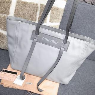 ミュウミュウ(miumiu)の2019新作☆ミュウミュウ トートバッグ グレース ロゴ バッグ 財布 小物(トートバッグ)