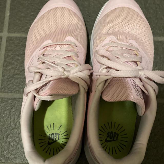NIKE(ナイキ)の値下げ 数回のみの使用 ナイキジュニアスニーカー 22.5 ピンク キッズ/ベビー/マタニティのキッズ靴/シューズ(15cm~)(スニーカー)の商品写真