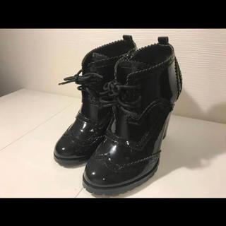 アウラアイラ(AULA AILA)の【新品】AULA AILA(アウラアイラ)ショートブーツ  黒  エナメル(ブーツ)