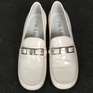 プラダ(PRADA)のPRADA. 靴 白 ローファー(ローファー/革靴)