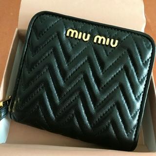 miumiu - 新品 ミュウミュウ miumiu マテラッセ ラウンドジップ 二つ折り財布 黒