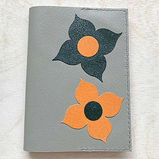 本革 グレー花柄ブックカバー4(ブックカバー)