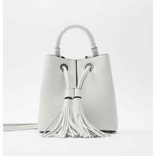 ZARA - 新品タグ付き ザラ ZARA タッセル付きミニバケットバッグ 巾着 ホワイト