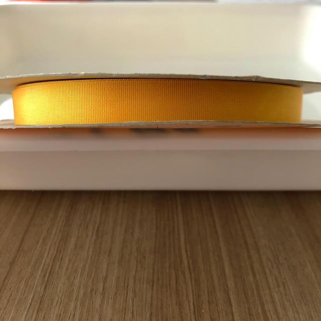 青山(アオヤマ)のラッピングリボン 黄色(マンゴー色)  未使用 インテリア/住まい/日用品のオフィス用品(ラッピング/包装)の商品写真