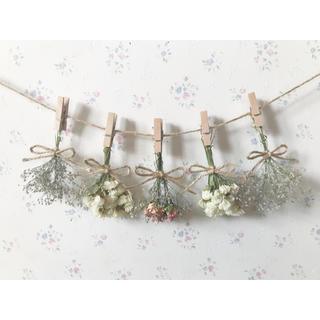 小さなかすみ草とパステルサーモンピンクのバラのホワイトドライフラワーガーランド♡(ドライフラワー)