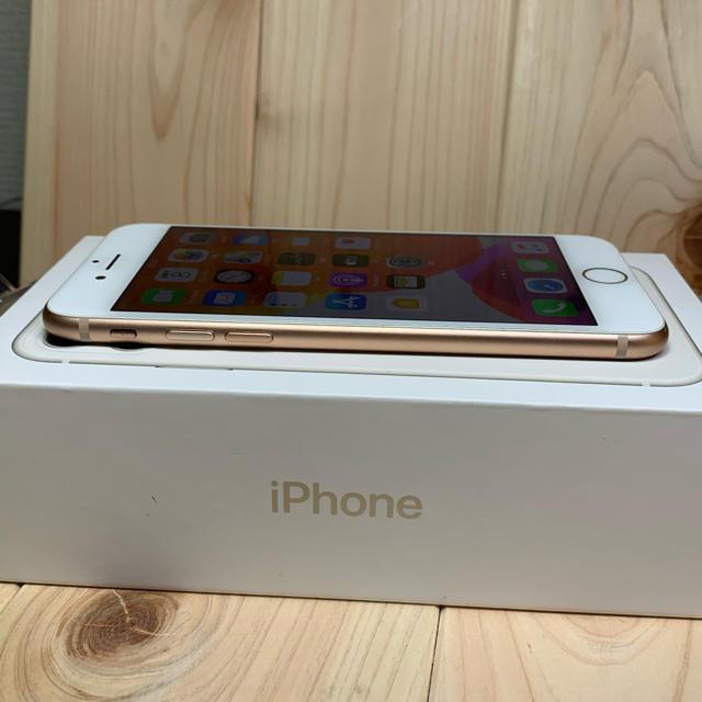 Apple(アップル)の【B】【100%】iPhone 8 Gold 64 GB SIMフリー 本体 スマホ/家電/カメラのスマートフォン/携帯電話(スマートフォン本体)の商品写真