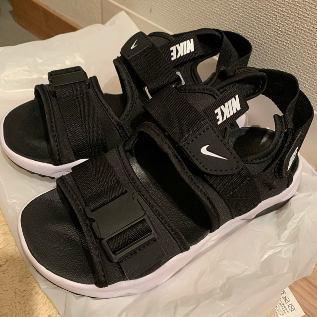 NIKE(ナイキ)のNIKE ナイキ キャニオン サンダル 黒 白 23.5 レディースの靴/シューズ(サンダル)の商品写真