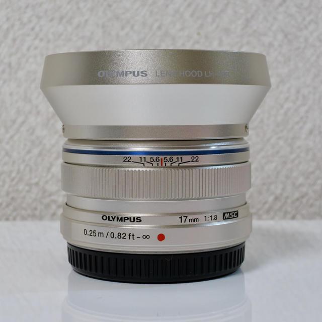 OLYMPUS(オリンパス)のオリンパス MZUIKO DIGITAL 17mm F1.8 シルバー フード スマホ/家電/カメラのカメラ(レンズ(単焦点))の商品写真