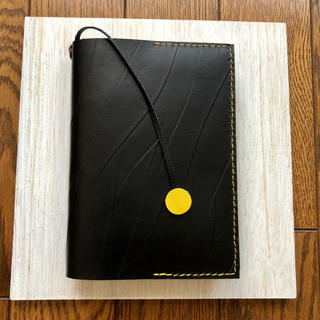 ブラック型押し本革の黄色ステッチ入り ブックカバー(ブックカバー)