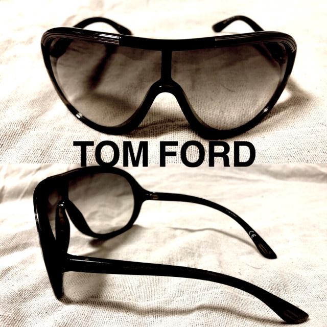 TOM FORD(トムフォード)のTOM FORD Farrah アビエイター サングラス イタリア製 ケース付属 レディースのファッション小物(サングラス/メガネ)の商品写真