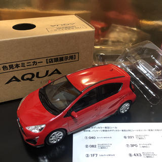 トヨタ(トヨタ)のトヨタ アクア クロスオーバー ミニカー 1/30 希少 美品 カラーサンプル (ミニカー)