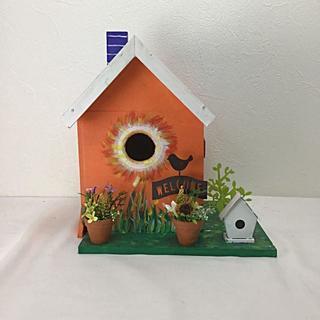 オレンジ色に青い三角屋根の小鳥の巣箱(その他)