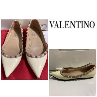 VALENTINO - VALENTINO ホワイトベージュパテント スタッズ パンプス